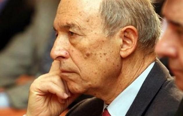 Αποδοκιμάστηκε ο Κώστας Σημίτης στο πλοίο για τη Σύρο: «Είσαι προδότης»