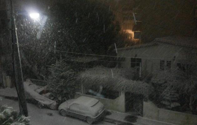 """Το """"στρώνει"""" στα βόρεια προάστια – Χιόνι παντού!"""