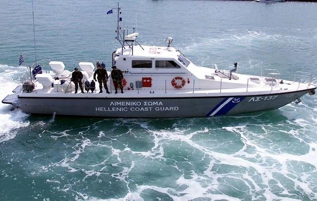 Ισχυροί άνεμοι ανάγκασαν σε εγκατάλειψη πλοίου ανοιχτά των Χανίων
