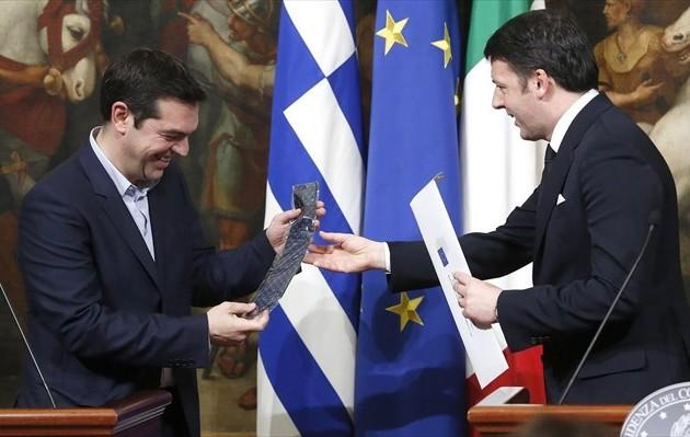 Ο Τσίπρας προβάρει γραβάτα: Τέλος στα μνημόνια, λύση για το χρέος