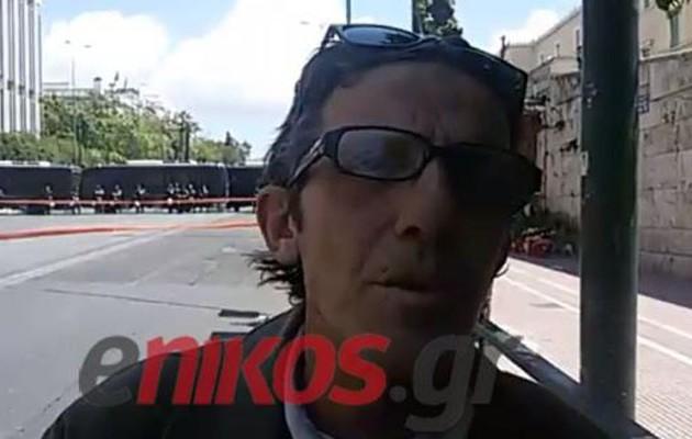 Ο Βαρουφάκης έδωσε 10 ευρώ σε άστεγο  (βίντεο)