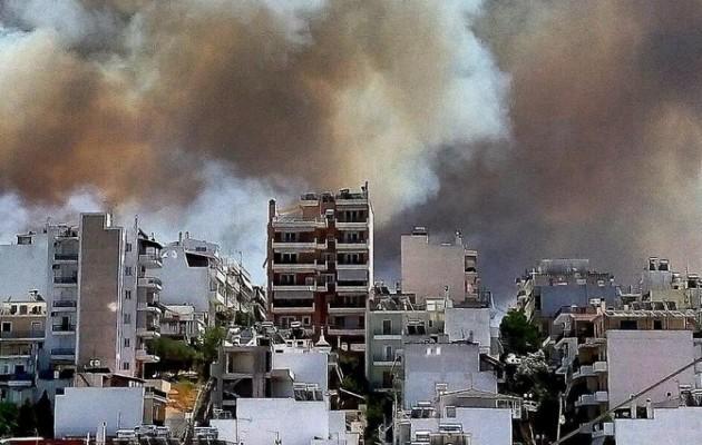 Πολίτες με κουβάδες δίνουν μάχη με τη φωτιά στην Ηλιούπολη