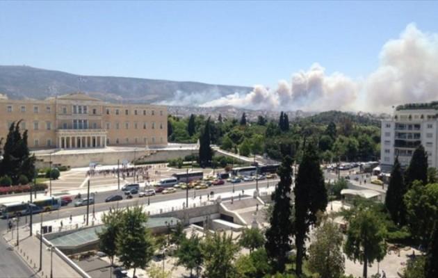 Καίγεται ο Υμηττός – Δείτε φωτογραφίες πολιτών στο Twitter