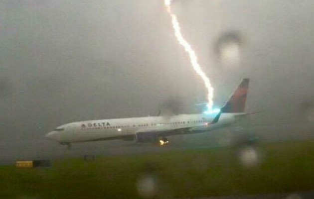 Πανικός! Κεραυνός χτυπά αεροσκάφος! (βίντεο)