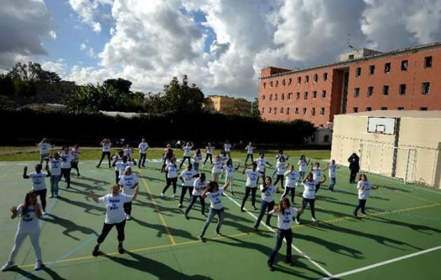 Ιταλίδες κρατούμενες χορεύουν για τα μάτια του Πάπα (βίντεο)