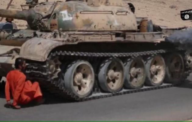Το Ισλαμικό Κράτος λιώνει αιχμάλωτο κάτω από ερπύστριες τανκ (φωτο)