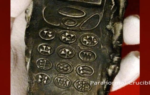 Αρχαίο αντικείμενο που μοιάζει με κινητό τηλέφωνο προκαλεί αίσθηση (βίντεο)