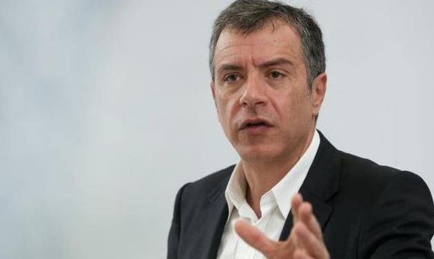 Ο Θεοδωράκης ζητάει από την κυβέρνηση να υποκύψει πλήρως στους δανειστές