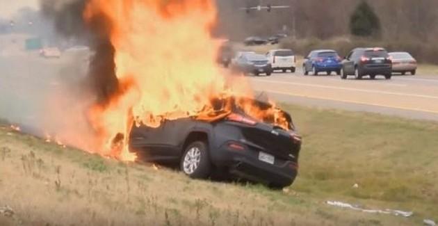 Μόνο η Αγία Γραφή σώθηκε από αυτοκίνητο που τυλίχτηκε στις φλόγες (βίντεο)