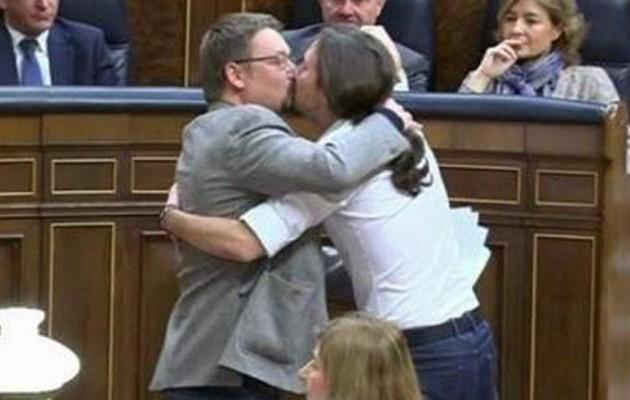 Πώς εξήγησε ο Ιγκλέσιας το φιλί στο στόμα σε βουλευτή του