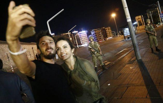 Τον χαβά τους: Έβγαζαν selfie στην πλατεία Ταξίμ την ώρα του πραξικοπήματος