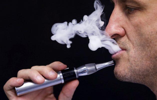 Απαγορεύουν και το ηλεκτρονικό τσιγάρο σε κλειστούς δημόσιους χώρους
