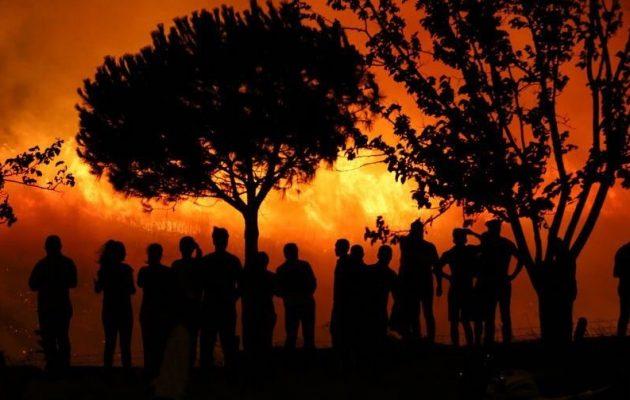 Μεγάλη φωτιά ξέσπασε κοντά σε βάση του ΝΑΤΟ στη Σμύρνη (φωτο)
