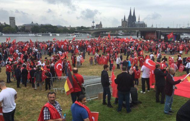 """Το τουρκικό πλήθος του Ερντογάν ουρλιάζει """"Αλλαχού Ακμπάρ"""" στην Κολωνία"""