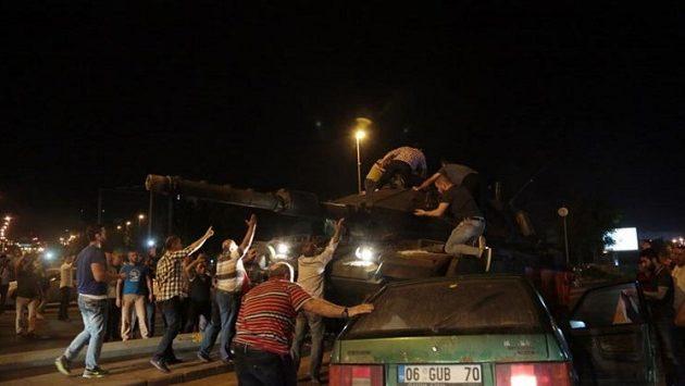 Τουρκία: Πυρ κατά διαδηλωτών από στρατιωτικό ελικόπτερο (βίντεο)
