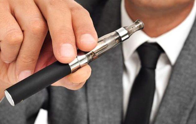 Τέλος το ηλεκτρονικό τσιγάρο από τους δημόσιους χώρους