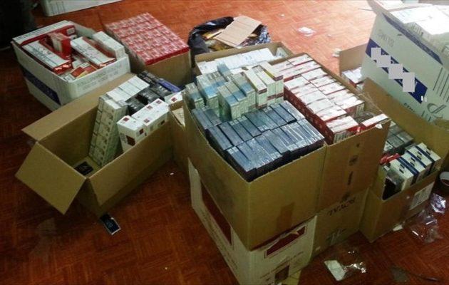 Εκατοντάδες χιλιάδες πακέτα λαθραία τσιγάρα εντοπίστηκαν σε Αττική και Πάτρα