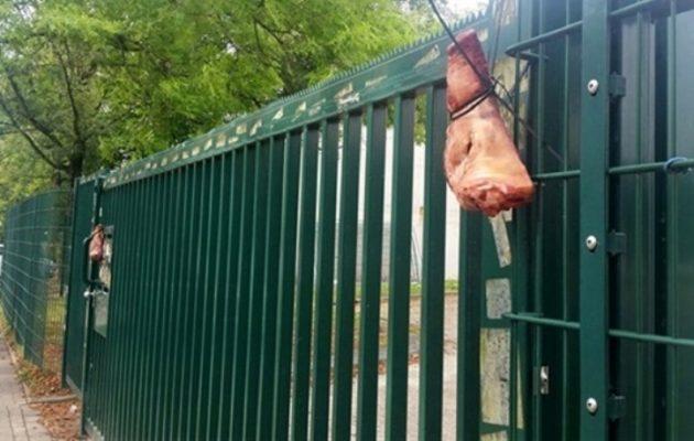 Κρέμασαν γουρουνοκεφαλές έξω από τζαμί στη Γερμανία