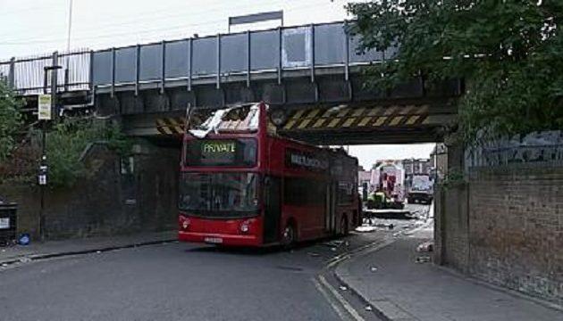 Λονδίνο: Διώροφο λεωφορείο σφήνωσε κάτω από γέφυρα – 26 τραυματίες