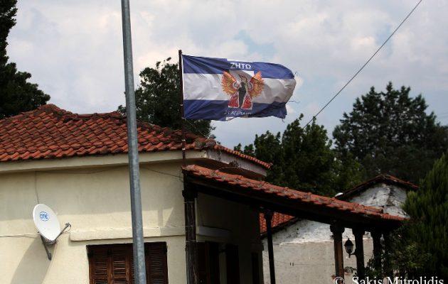 """Στέλεχος της ΝΔ """"σήκωσε"""" σημαία της Χούντας στην Ειδομένη"""