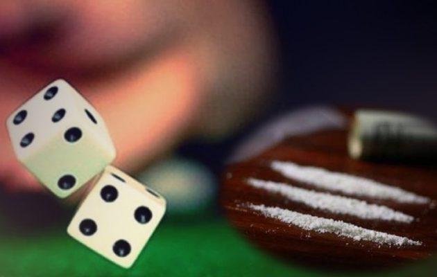 Σε καφενείο στα Χανιά: Έπαιζαν πάνω από 4.000 ευρώ στα ζάρια, είχαν και… κόκα