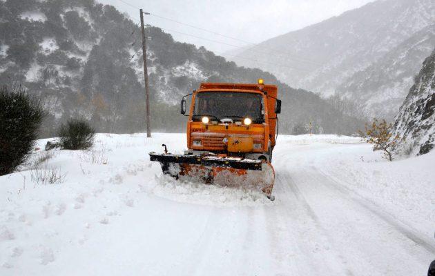 Στα Λευκά ντύνεται η Αττική τα Χριστούγεννα – Δείτε πού χιονίζει (φωτο)