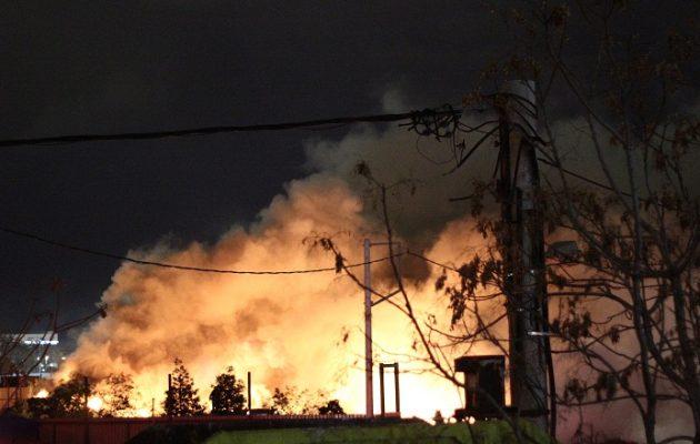Ακόμα καίει η φωτιά στην αποθήκη ελαστικών στον Ταύρο (βίντεο)