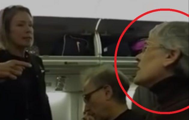 «Τρελή» οπαδός της Χίλαρι επιτίθεται σε νεαρό και την κατεβάζουν από το αεροπλάνο (βίντεο)