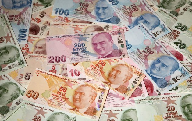 Η τουρκική λίρα γκρεμίζεται κανονικά και τίποτα δεν δείχνει ικανό να τη συγκρατήσει