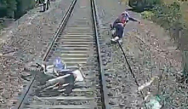 Απίστευτο βίντεο: Ο ποδηλάτης που γλύτωσε το θάνατο από τρένο που έτρεχε με 160 χλμ.