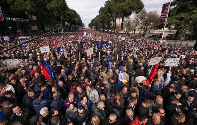 """Πλατεία """"Αγανακτισμένων"""" στα Τίρανα για να παραιτηθεί ο Ράμα – """"Δεν φεύγουμε εάν δεν φύγει"""""""