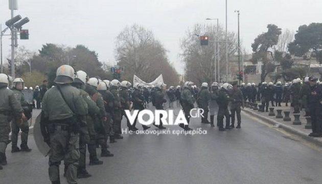 Θεσσαλονίκη: Πεδίο μάχης ο Λευκός Πύργος μεταξύ αντεξουσιαστών και ΜΑΤ (βίντεο)