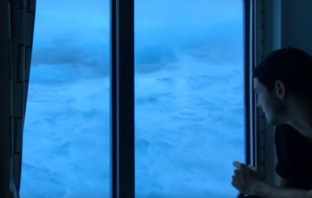 """Απίστευτο βίντεο: Κύματα """"καταπίνουν"""" κρουαζιερόπλοιο (βίντεο)"""