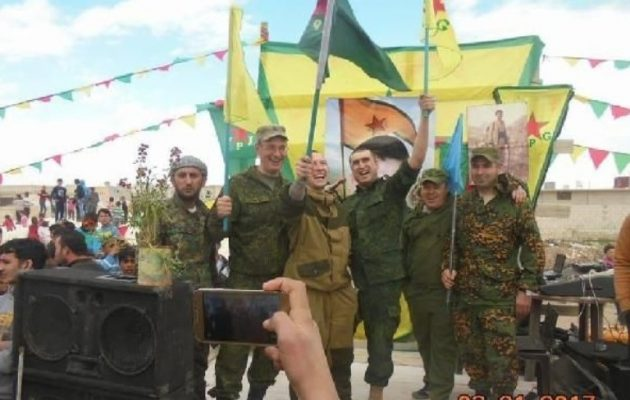 """Ρώσοι στρατιώτες γιορτάζουν με κουρδικές σημαίες στη Συρία – «Τελειωμένος"""" ο Ερντογάν"""