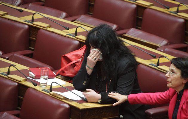 Και σε ιδιώτες η καύση νεκρών -Δάκρυσε η Άννα Βαγενά στη Βουλή (βίντεο)