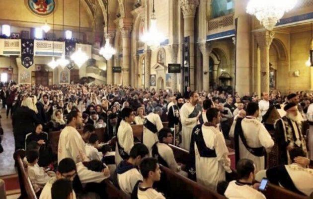 Γεμίζουν τις εκκλησίες τους οι Κόπτες χριστιανοί στην Αίγυπτο αψηφώντας τους τζιχαντιστές