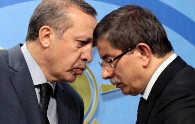 Διχασμένο μεταξύ Ερντογάν και Νταβούτογλου-Γκιουλ το AKP – «Ισορροπία του τρόμου»