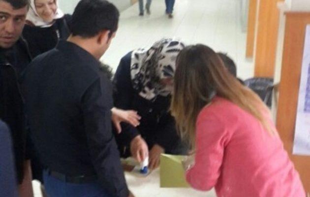 Νοθεία στο δημοψήφισμα Ερντογάν: Ψηφίζουν σε διάδρομο χωρίς εκλογικούς καταλόγους (φωτο)