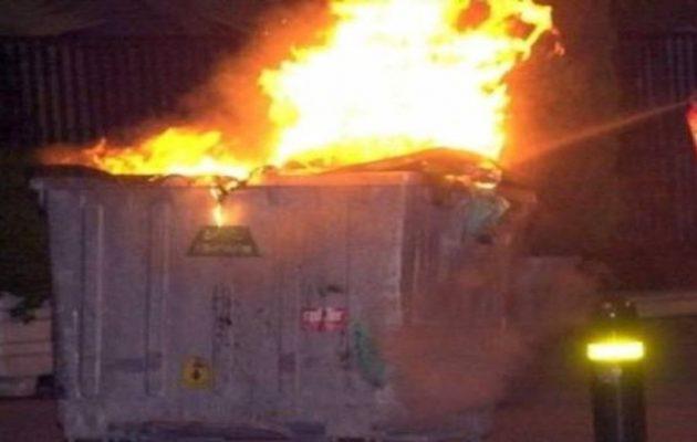 Επεισόδια στο κέντρο της Αθήνας – Άγνωστοι έβαλαν φωτιές και επιτέθηκαν στα ΜΑΤ