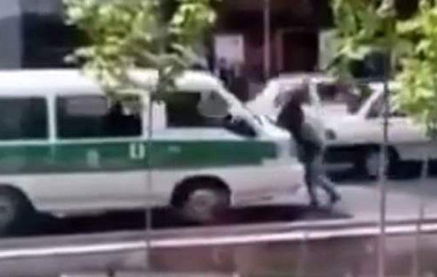Αστυνομικό όχημα στο Ιράν πατάει γυναίκα επειδή δεν φορούσε σωστά τη χιτζάμπ (βίντεο)