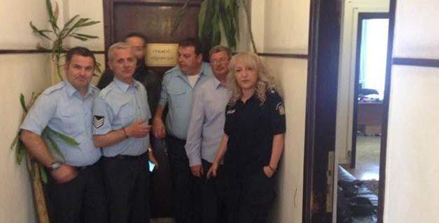 Παραμένουν στο γραφείο του Χουλιαράκη οι ένστολοι – Δεν φεύγουν αν δεν τον δουν