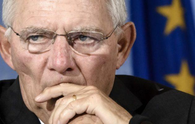 Πώς ο Σόιμπλε «αδειάζει» με δηλώσεις του τη διάδοχο της Μέρκελ