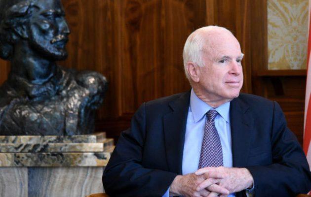 Ο Μακέιν που πάσχει από καρκίνο στον εγκέφαλο δεν θέλει τον Τραμπ στην κηδεία του