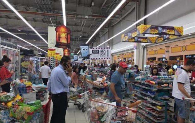 Μείωση ΦΠΑ: Πέφτουν άμεσα οι τιμές στο ράφι – «Κούρεμα» και σε λογαριασμούς ΔΕΗ