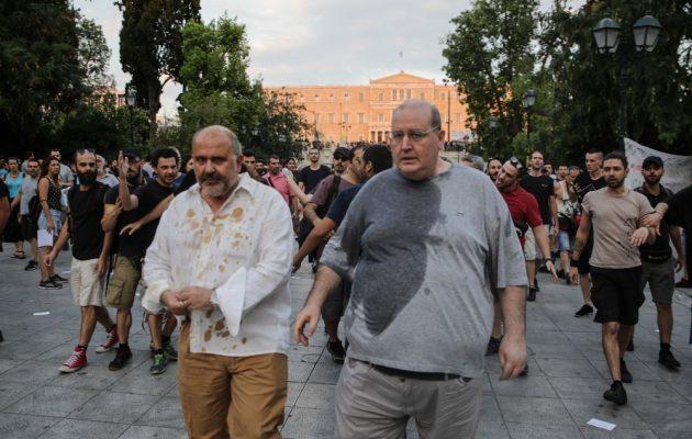 Νίκος Φίλης και Νίκος Ξυδάκης προπηλακίστηκαν με καφέδες και νερά στο Σύνταγμα (φωτο)