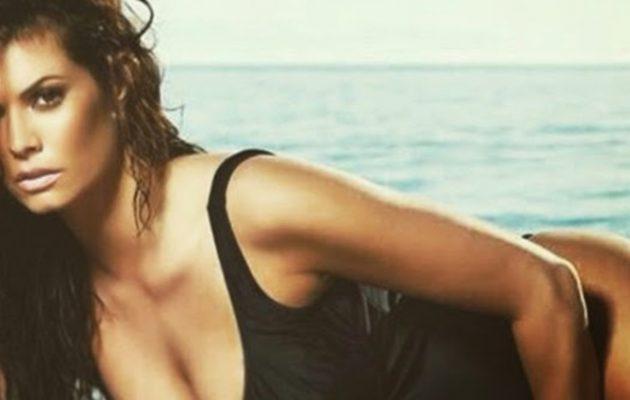 Η Μαρία Κορινθίου δείχνει το αρετουσάριστο κορμί της πάνω σε φουσκωτό (βίντεο)