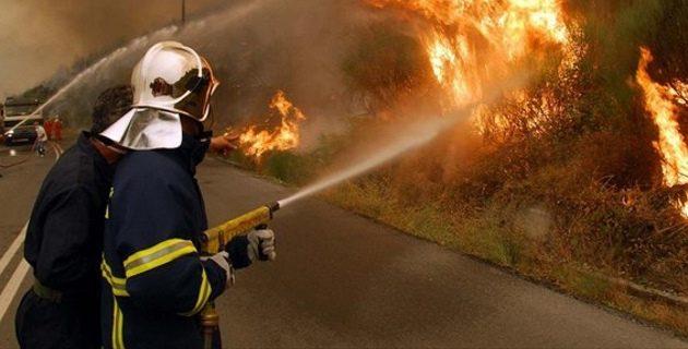 Μαίνεται πυρκαγιά στη Σάμο