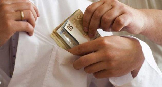 Σύλληψη γιατρού στο ΚΑΤ για «φακελάκι»