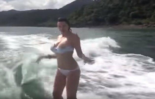 Γυναίκα βγάζει το μαγιό της ενώ κάνει σερφ (βίντεο)