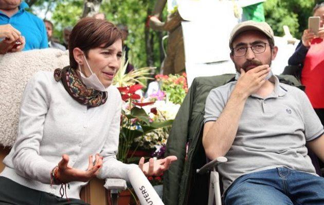 Ένταση και δακρυγόνα στη δίκη των δύο Τούρκων εκπαιδευτικών απεργών πείνας